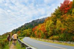 远足旅行的秋天的家庭 免版税库存图片