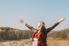 远足旅途夫人秋天自然风景场面 免版税库存照片