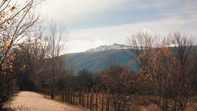 远足有下雪的山的道路平稳的射击在背景 股票录像
