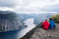 远足有在Ringedalsvatnet湖,挪威的看法的Trolltunga 库存照片