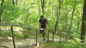 远足有背包的男性游人在山的密林狂放的自然公园攀登台阶 旅行旅游业暴涨 股票录像
