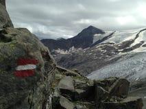 远足有足迹的道路签到欧洲阿尔卑斯 图库摄影