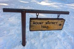 远足标志表内华达山加利福尼亚美国的惠特尼峰 免版税库存照片