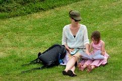 远足母亲和女儿的旅行户外 图库摄影