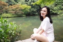 远足气味槭树的一次愉快的自由的微笑和平平衡凝思秀丽女孩亚洲中国人旅行由湖袋子杭州xihu做瑜伽 免版税库存图片