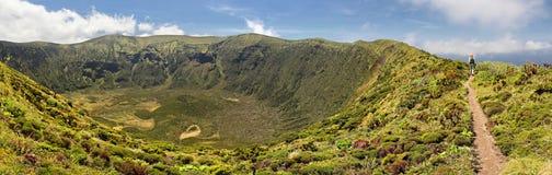 远足沿Faial的Caldeira火山口外缘,亚速尔 库存照片