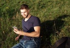远足的人本质上使用电话的 免版税库存图片