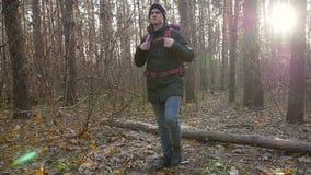 远足的和挑运的概念 徒步旅行者-步行在森林白种人年轻人户外的人本质上 股票录像