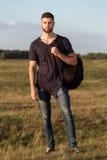 远足的年轻人本质上与背包的 库存图片