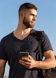 远足的年轻人本质上使用电话的 画象 免版税库存图片