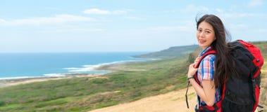 去远足的年轻学生背包徒步旅行者 库存图片
