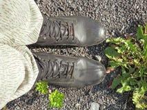 远足的throug更长的公里鞋子本质上 库存图片