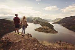 远足看看法的夫妇握手 地点:阿尔达河河,保加利亚河曲  图库摄影