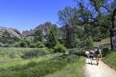 远足石峰国家公园的夫妇在蒙特雷县 免版税图库摄影
