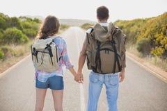 远足站立在乡下路的夫妇 免版税图库摄影