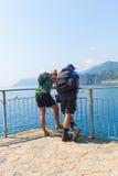 远足站立在Cinqueterre的海岸的夫妇,意大利 图库摄影
