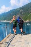 远足站立在Cinqueterre的海岸的夫妇,意大利 库存照片