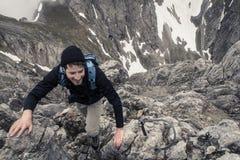 远足者上升的山 库存图片