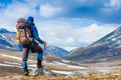 远足者享受晴天 免版税图库摄影