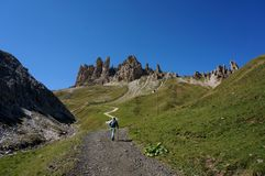 远足者享用足迹上升对特别白云岩山 库存照片