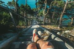 远足者人坐步在海,腿看法上的台阶海岸  观点射击 库存照片
