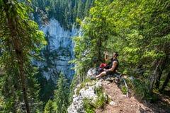 远足者休息的和饮用水 免版税库存图片