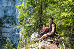 远足者休息的和饮用水 免版税库存照片