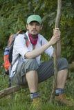 远足者休息的结构树 免版税库存照片