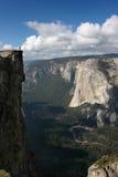 远足者俯视的谷优胜美地 免版税图库摄影