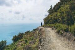 远足者剪影在五乡地,利古里亚,意大利 免版税库存照片