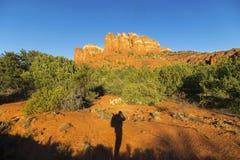 远足者剪影阴影和大教堂岩石日落风景Sedona亚利桑那 免版税库存照片