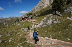 远足者喜欢走在wondeful阿尔卑斯风景 库存图片