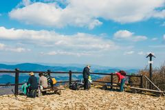远足者在与背包的巴比亚Gora山旅行 库存照片