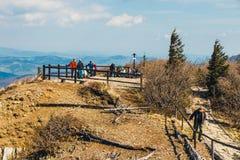 远足者在与背包的巴比亚Gora山旅行 库存图片