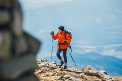 远足者在与背包的巴比亚Gora山旅行 免版税图库摄影