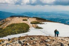远足者在与背包的巴比亚Gora山旅行 免版税库存照片