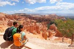 远足者在休息布赖斯的峡谷享受看法 库存照片