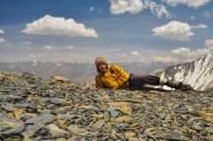 远足者在喜马拉雅山 图库摄影