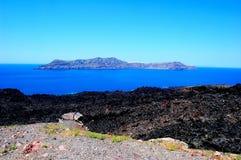 远足者在圣托里尼火山的破火山口运送 免版税库存图片