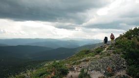 远足者在山行迹去 影视素材