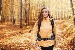 远足者在森林里 免版税库存图片