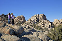 远足者在花岗岩小山谷 库存照片