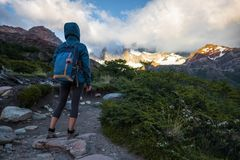 远足者在足迹站立 免版税库存照片