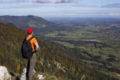 远足者在阿尔卑斯 库存图片