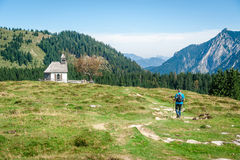 远足者在阿尔卑斯 免版税库存图片