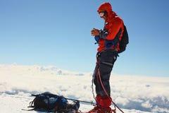 远足者在登上顶部 库存图片