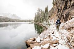 远足者在活动中爱达荷山湖 库存照片