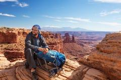远足者在Canyonlands国家公园休息在犹他,美国 库存照片