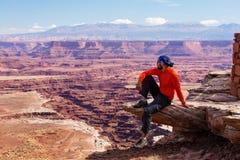 远足者在Canyonlands国家公园在犹他,美国 免版税图库摄影