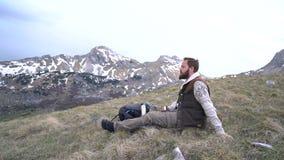 远足者坐并且喝从热水瓶的热的茶 股票录像